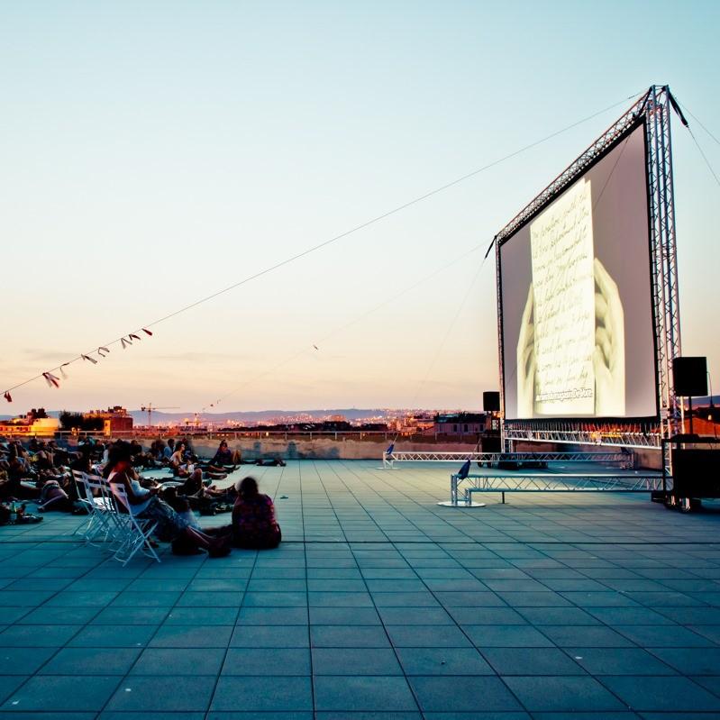 Projection de cinéma sur un toit à Marseille