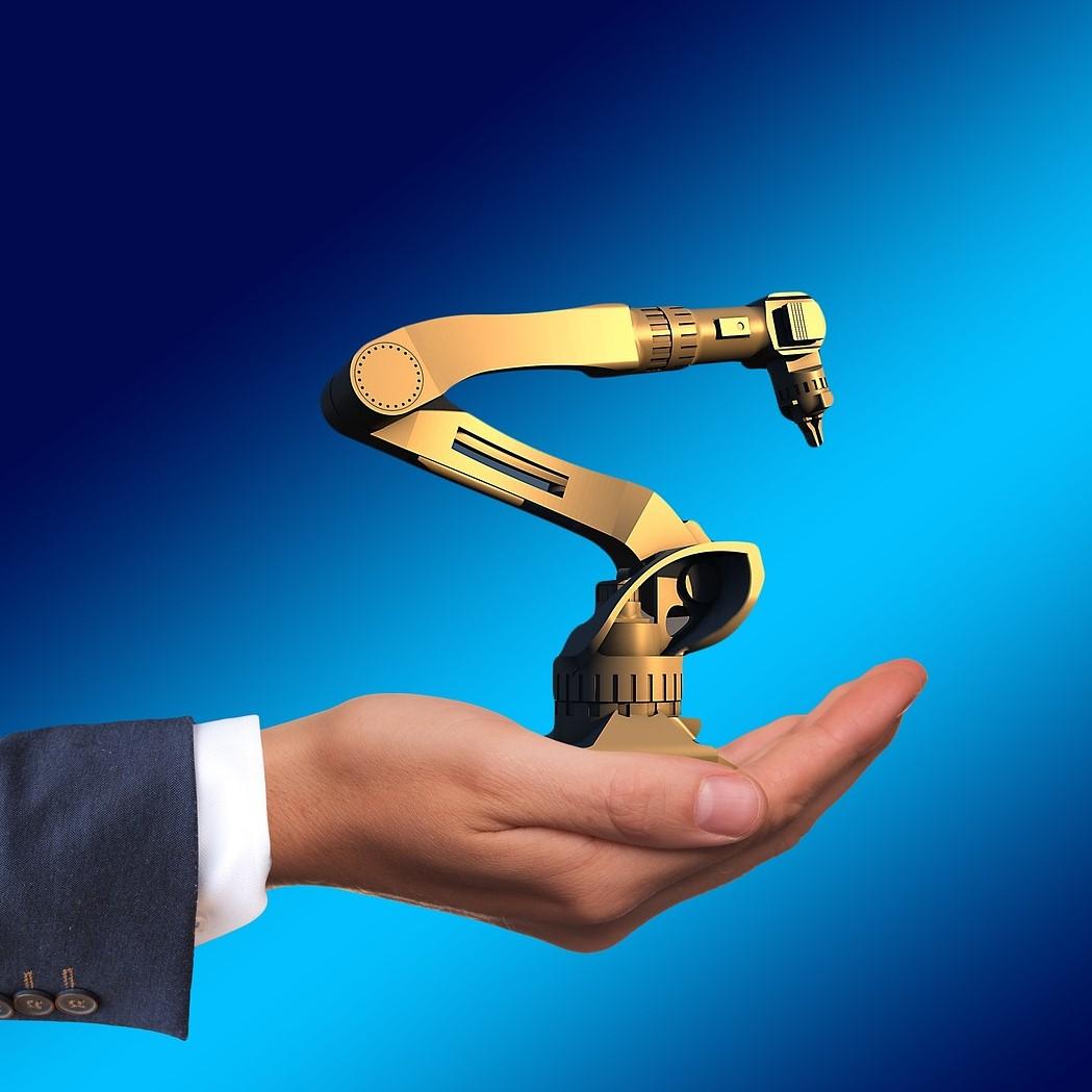 Illustration représentant la main d'un individu soutenant un petit bras robotisé