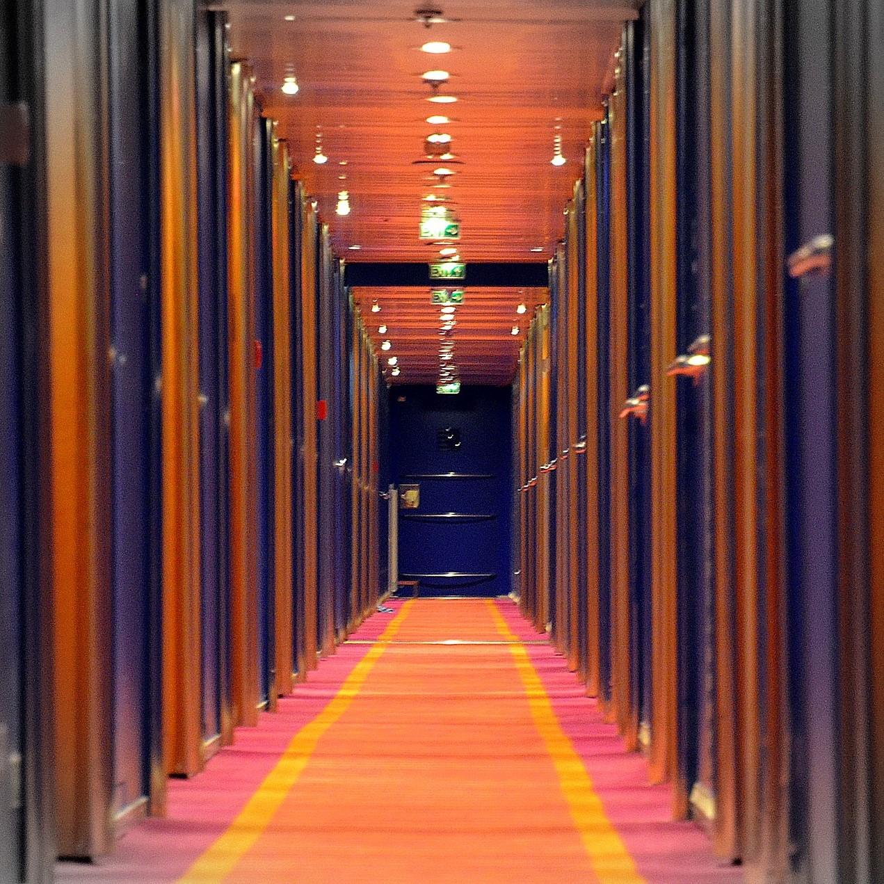 Photographie d'un couloir illustrant la jonction entre un espace privé et un espace public