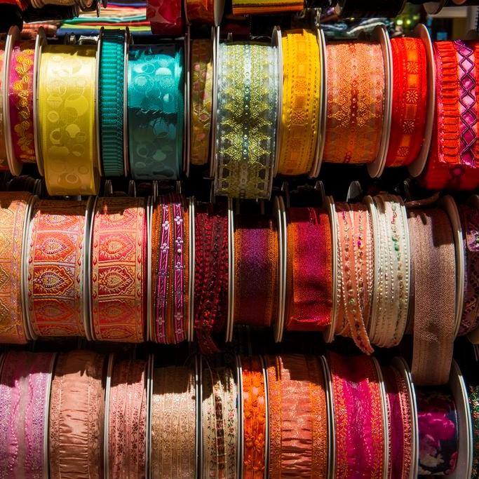 Photographie d'un présentoir de rubans de soie
