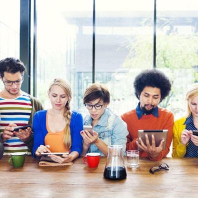 Illustration représentant des jeunes, yeux sur écrans.