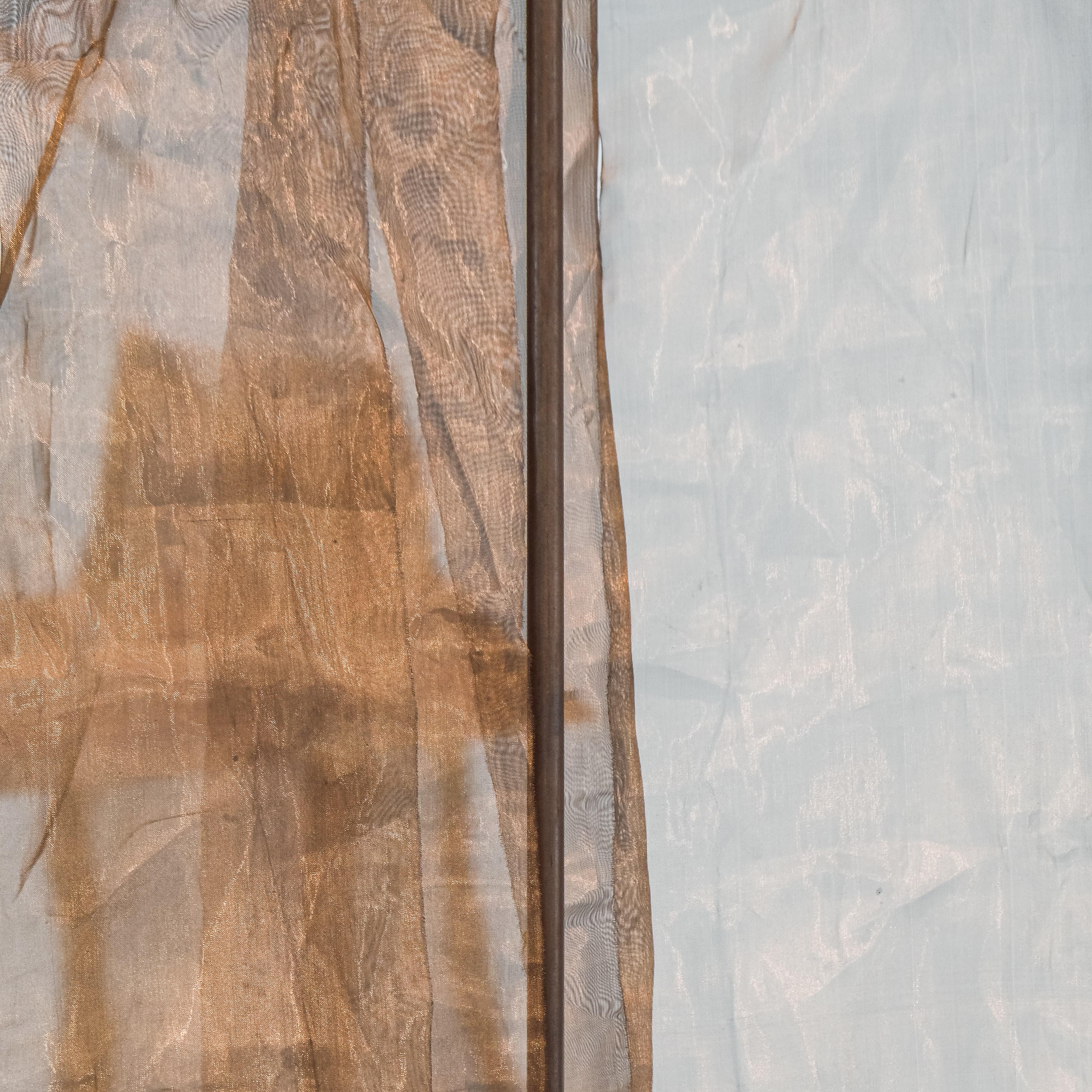 Photographie d'une étoffe en soie couleur marron