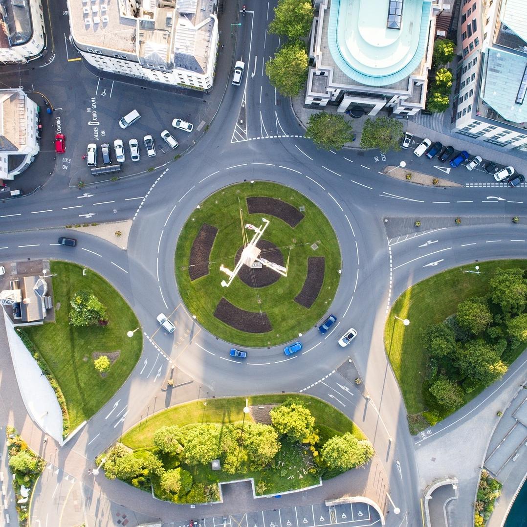Illustration représentant un rond point vert en ville