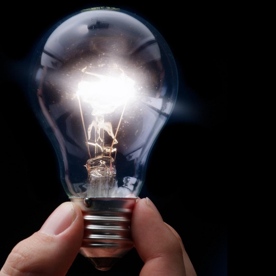 Image d'une main tenant une ampoule