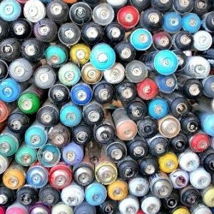 Illustration représentant une pile de bombes de peinture.