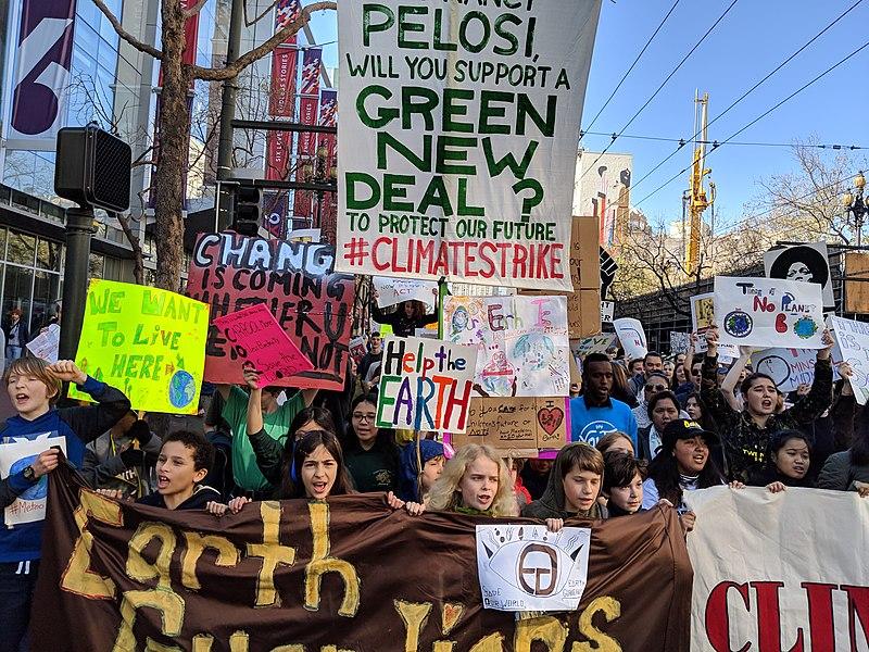 Marche pour le climat de jeunes à San Francisco en mars 2019, interpellant via leur banderole Nancy Pelosi, présidente de la Chambre des représentants des États-Unis