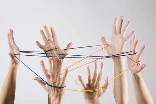 6 mains en l'air pour construire une forme à partir d'un même fil