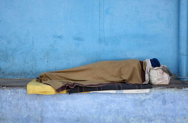 Illustration représentant une personne dormant dans la rue