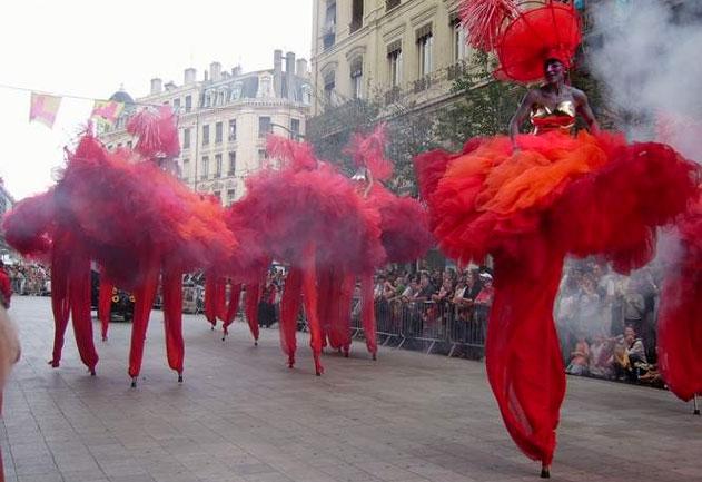 Défilé de la biennale de la danse à Lyon