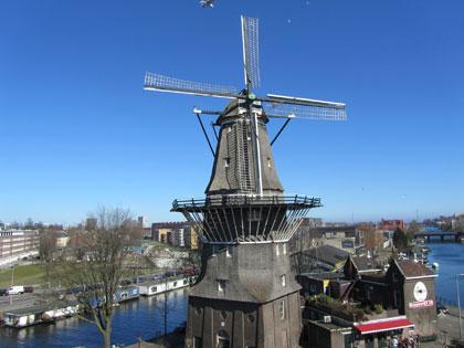 Vue de la ville d'Amsterdam avec moulin en premier plan