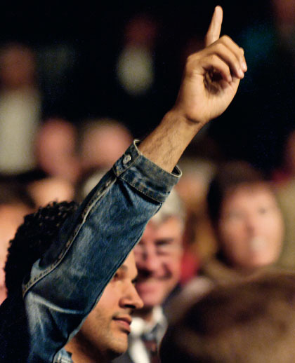 Illustration représentant un individu demandant la parole en levant le doigt