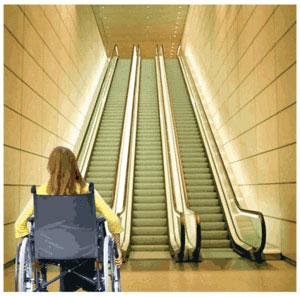 Un handicapé moteur face à un escalator