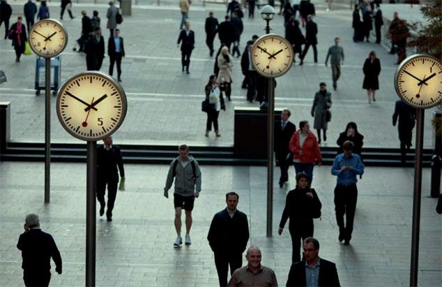 déambulation d'individus sous des horloges